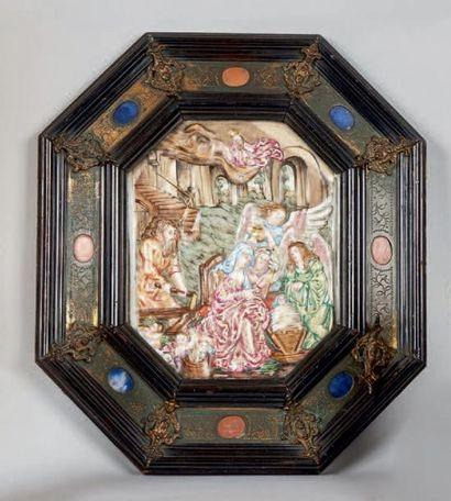 Plaque octogonale en porcelaine polychrome de Capo di Monte ornée d'une Nativité...