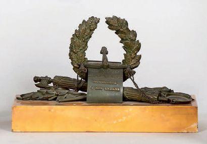 Plaque à papier en bronze patiné ornée d'un trophée d'arme et de justice, marqué...