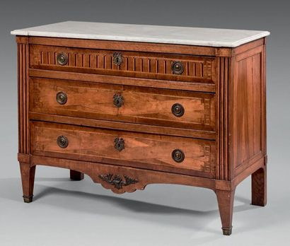 Commode en placage de bois fruitier ouvrant à trois tiroirs. Dessus de marbre blanc....