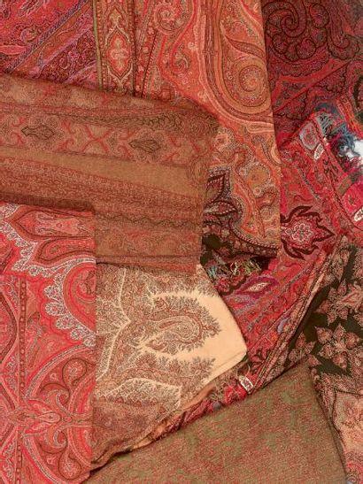 Châle long, France, vers 1890, fond rouge, décor cachemire de cyprès, feuillages...
