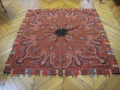 Châle carré, France, vers 1890, fond rouge, décor cachemire rayonnant de palmes...