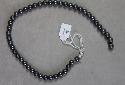 Collier composé de quarante-six perles de...