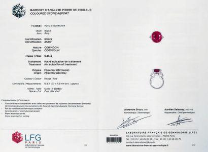 Bague en platine 850 millièmes, ornée d'un rubis de forme coussin entre deux diamants...
