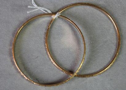 Deux bracelets joncs rigides en or jaune...