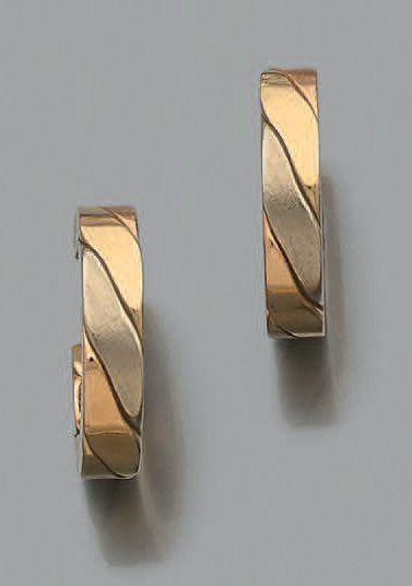 Paire de boucles d'oreilles «créoles» en ors de trois tons 750 millièmes. (Système...