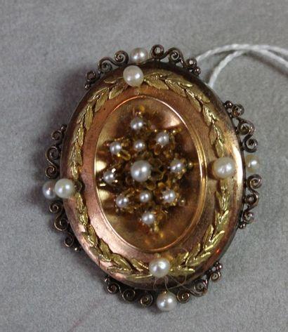 Broche formant médaillon ouvrant de forme ovale en or 750 millièmes et argent 925...