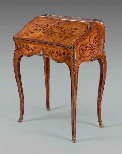 Petit bureau de pente de forme mouvementée en placage de bois de rose marqueté de...