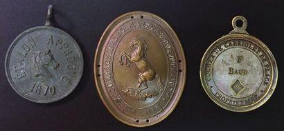 Chevaux, lot de trois : une plaque de brassard...