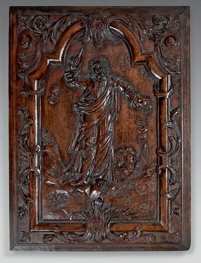 Panneau de boiserie en acajou sculpté en haut-relief d'un Saint Luc dans un encadrement...