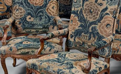 Mobilier de salon comprenant six fauteuils et un canapé trois places à haut dossier...