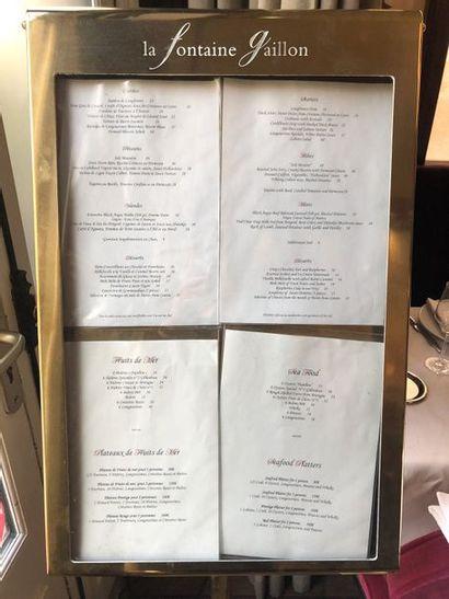 Présentoir à menu sur pied en laiton gravé...