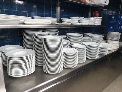 Services d'assiettes en porcelaine et ramequins,...
