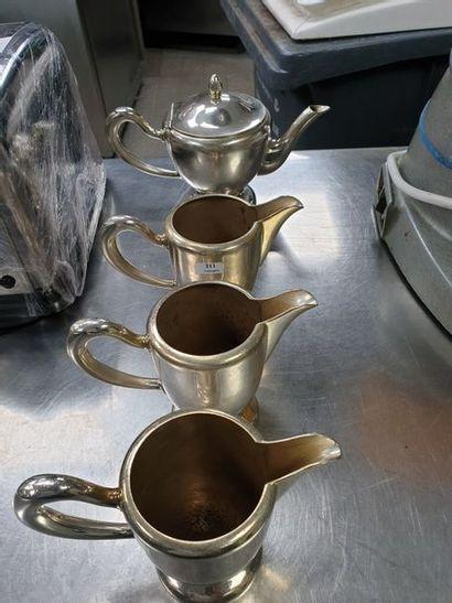 Deux théières et deux pots à lait en métal...