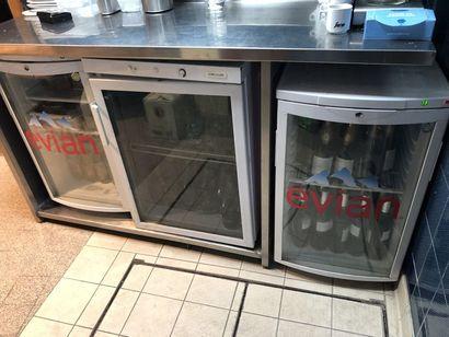 Quatre réfrigérateurs à bouteilles, deux...