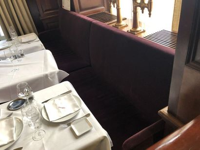 Banquette garniture velours rouge cramoisi....