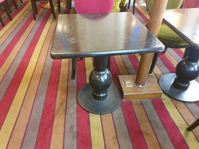 3 tables piétement à colonne à sphère en...