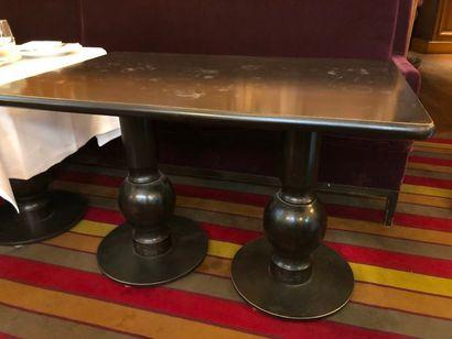 5 tables piétement à double colonne à sphère...