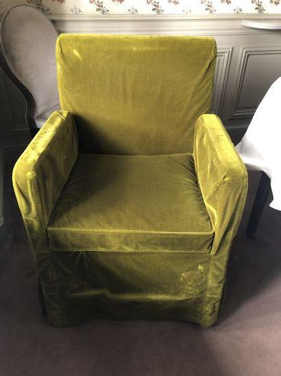 2 fauteuils garniture tissu recouverts d'une...