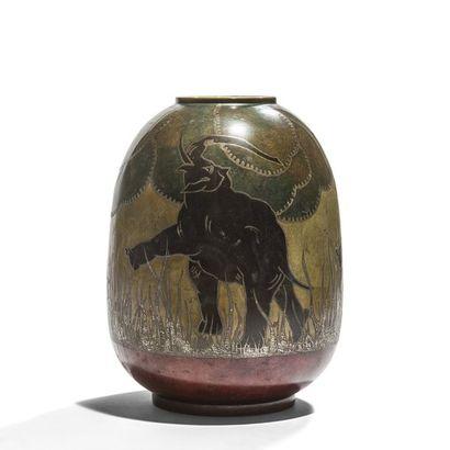 DERICEMO Éléphants, circa 1930 Vase ovoïde...