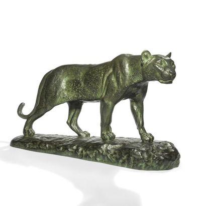 LOUIS RICHÉ (1877-1949) Lionne humant Sculpture....