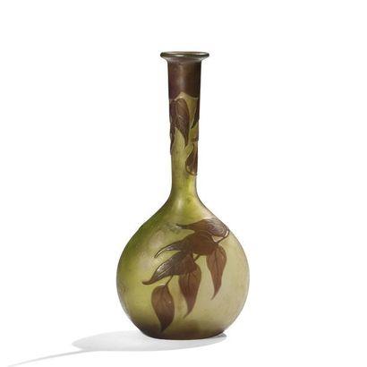 ÉTABLISSEMENTS GALLÉ (1904-1936) Glycines Vase soliflore à panse piriforme et à...