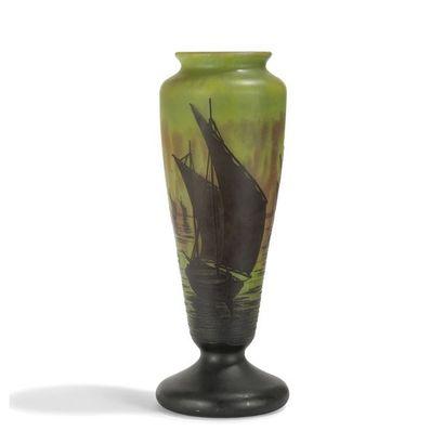 DAUM NANCY Voiliers Vase balustre sur piédouche....
