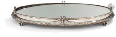 SURTOUT DE TABLE EN ARGENT De forme ovale,...