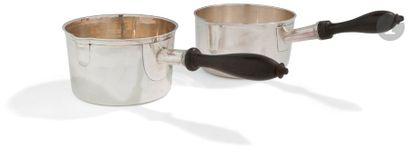 CASSEROLES EN ARGENT Deux casseroles circulaires...