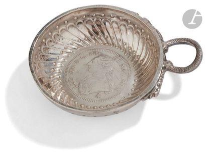 PARIS 1776 - 1777 Tasse à vin en argent à anse serpent ciselée d'écailles (pas de...