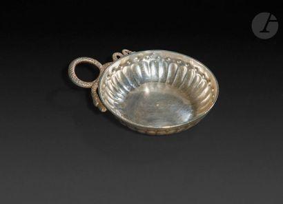 Paris 1722 - 1726 Tasse à vin en argent à anse serpent ciselé d'écailles (soudures),...
