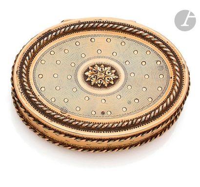 Tabatière en or de deux tons, de forme ovale...