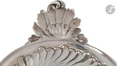 TOULOUSE 1772 écuelle couverte en argent, le couvercle ciselé au repoussé de côtes...