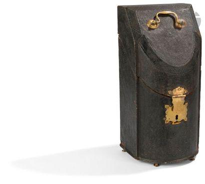 éCRIN à COUVERT EN CHAGRIN DU XVIIIe SIèCLE Il contient six couteaux à manche crosse...