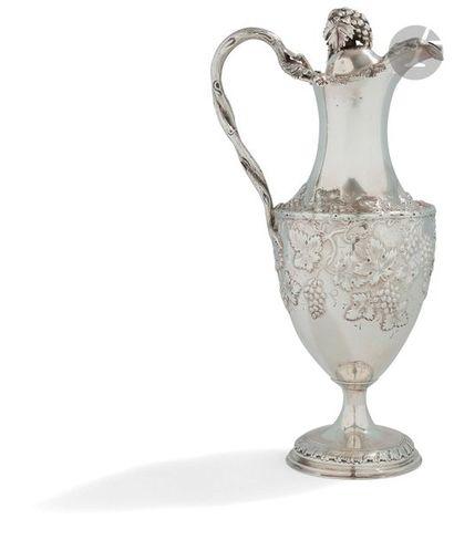 LONDRES probablement 1782 - 1783 Aiguière à vin en argent de forme balustre reposant...