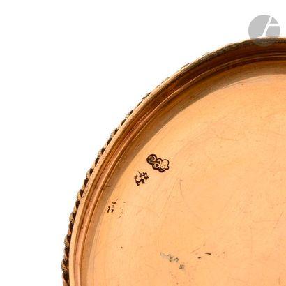Tabatière en or de deux tons, de forme ovale à charnière, à décor ciselé de rangs...