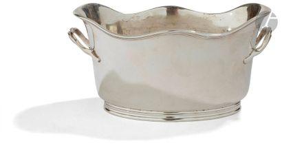 FRANCE XVIIIe siècle Rafraîchissoir à bouteilles en métal plaqué, de forme ovale,...