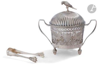 PARIS 1798 - 1809 Sucrier circulaire en argent à décor ajouré et de deux chimères...