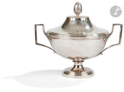 PARIS 1798 - 1809 Soupière en argent reposant sur un piédouche à gradins, les anses...