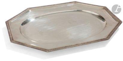 ODIOT 1865 - 1894 Plat de présentation rectangulaire semi-creux en argent, à huit...