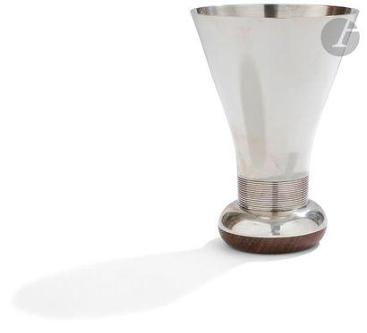 JEAN PUIFORCAT Vase en argent monté sur une...