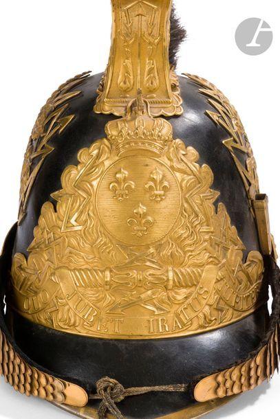 Casque de gendarme de la maison du Roi modèle 1814. Bombe et visière en cuir bordé...