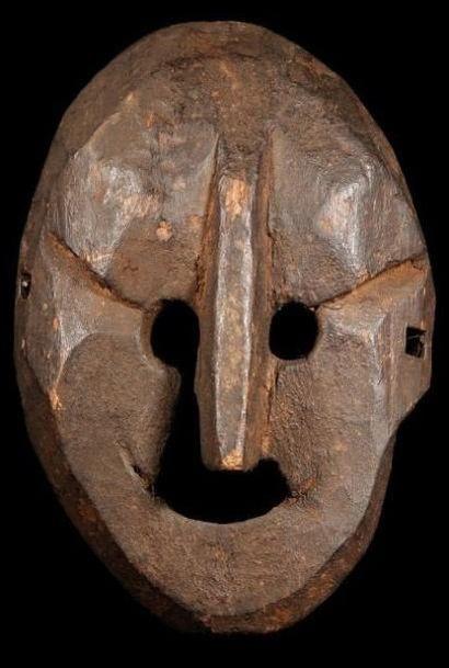 Masque NEWAR ou KHAS (Népal). De type «lunaire»,...