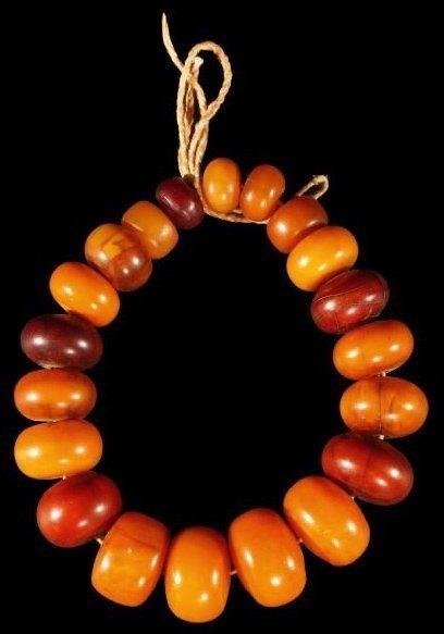 Collier PEUHL (Mali). Formé de vingt perles...