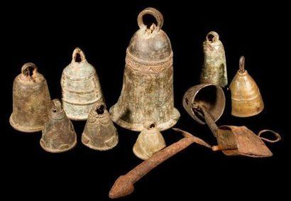 Lot de 12 cloches d'Afrique Noire. Onze cloches...