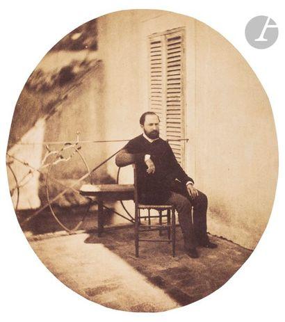 Charles Nègre (1820-1880) Homme assis sur une terrasse, c. 1852. Épreuve sur papier...