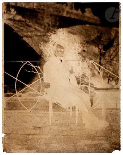 Charles Nègre (1820-1880) Femme dans une cour. Homme assis, c. 1852. Deux (2) négatifs...