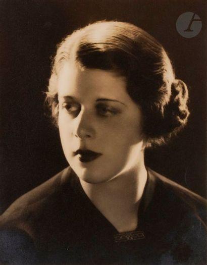 Lee Miller (1907-1977) Jeune femme New York,...