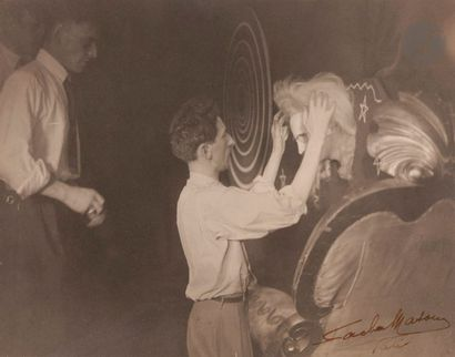 Sacha Masour (1893) Jean Cocteau arrangeant...