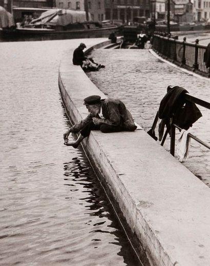 André Kertész (1894-1985) Paris, 1926. Toilette...