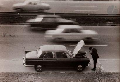 Willy Ronis (1910-2009). La panne sur l'autoroute....